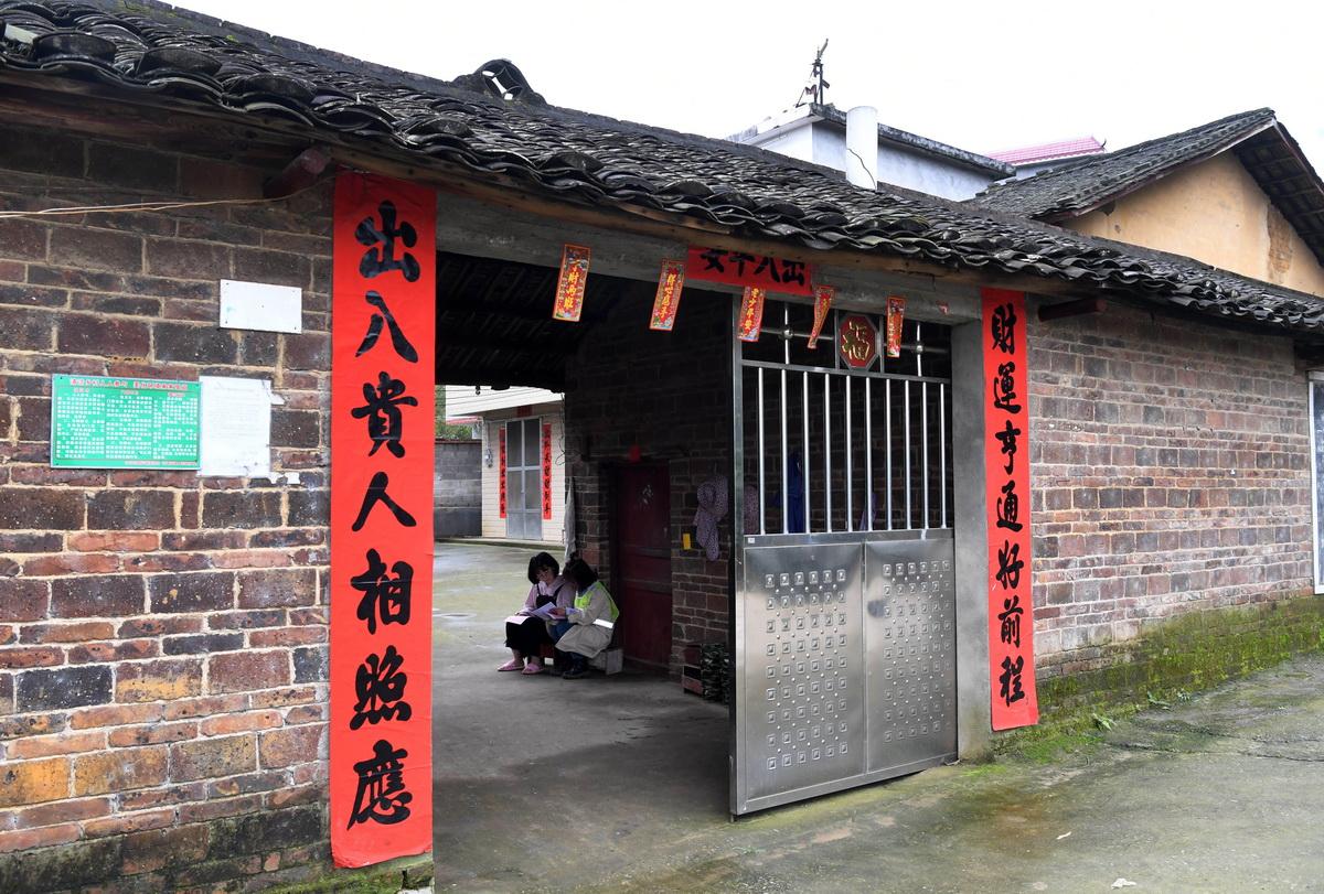在广西柳州市柳北区石碑坪镇下陶村,韦霁琛到高三学生覃玉婷家里了解她的学习情况(3月21日摄)。